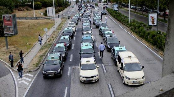 Taxistas durante a marcha lenta contra plataformas como a Uber, a 10 de outubro de 2016