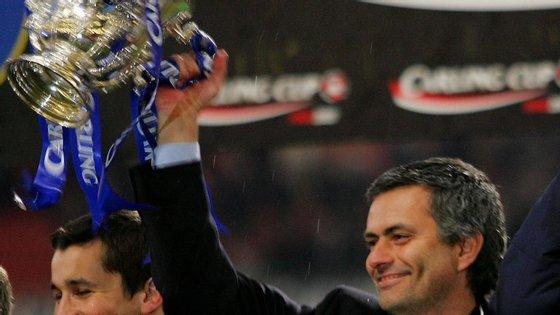 Mourinho levanta a Taça da Liga, o seu primeiro troféu em Inglaterra, precisamente vs Liverpool (3-2 do Chelsea)
