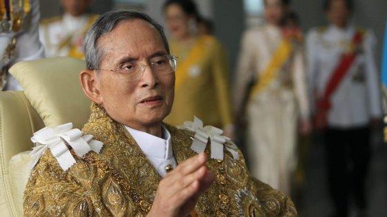 As autoridades declararam um ano de luto oficial pela morte do rei, que reinou durante 70 anos