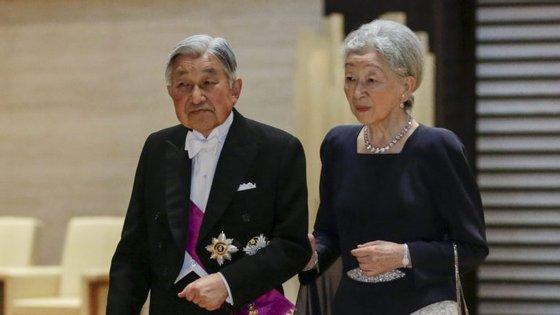 Chegou ao trono aos 55 anos, a 7 de janeiro de 1989, após a morte do pai, o imperador Hirohito