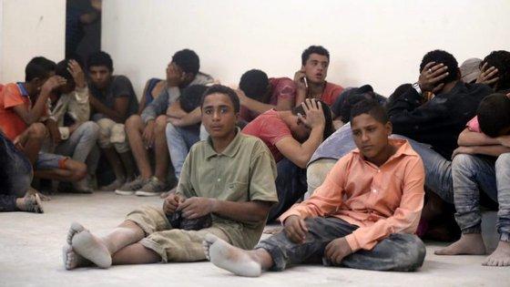 Número de crianças que chegam sozinhas a Itália, em barcos sobrelotados de migrantes, atinge números alarmantes