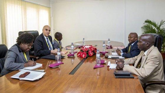 As negociações foram suspensas a 30 de setembro, proposta pelos mediadores internacionais para permitir às partes consultas e elaboração de propostas visando a superação do impasse