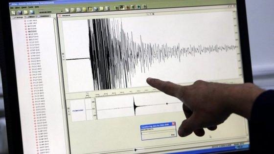 O terramoto começou por ser avaliado com uma magnitude de 6.8, que foi logo depois revista em baixa, pelo instituto, para 6.5