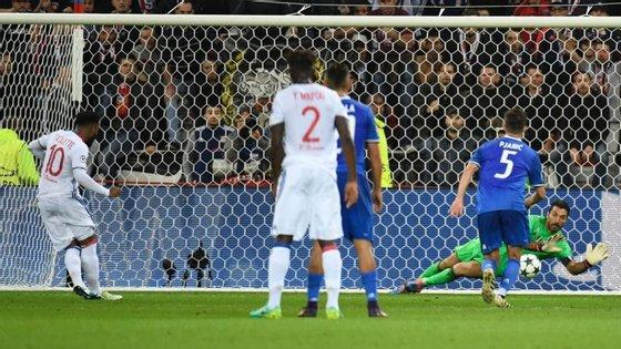 """Gianluigi Buffon teve uma noite idêntica à defesa """"impossível"""" de Lloris: virtualmente irrepetível."""