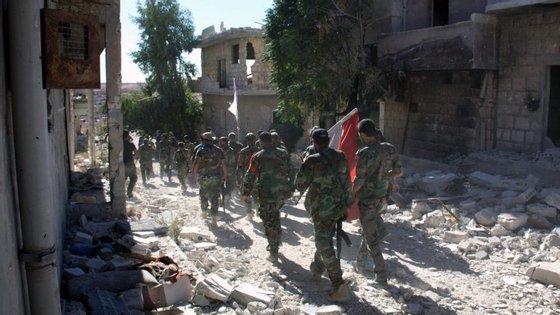 """Moscovo decretou trégua """"humanitária"""" em Alepo para permitir a retirada de civis e de rebeldes"""