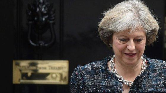 Primeira-ministra britânica apela a resposta unida da UE contra a Rússia, sobre os ataques à Síria