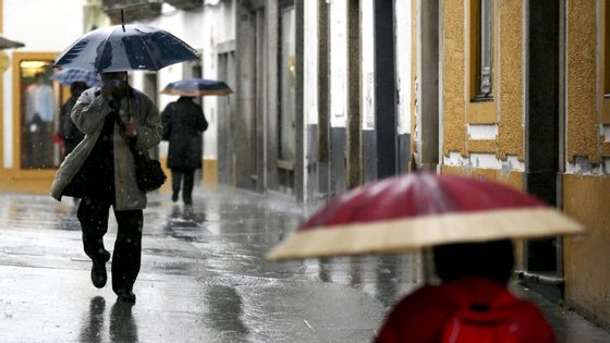 O IPMA prevê para esta sexta-feira nas regiões do norte e centro céu em geral muito nublado, períodos de chuva, vento em geral fraco