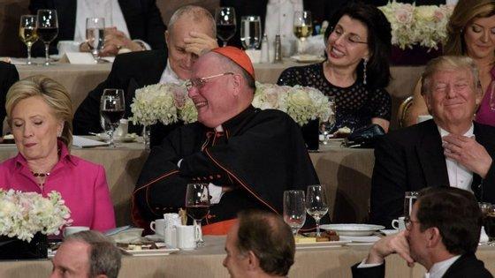 O cardeal Dolan, arcebispo de Nova Iorque, ficou sentado entre Clinton e Trump