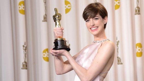 """A atriz de 33 anos recebeu o Óscar de Melhor Atriz Secundária pela participação no filme """"Os Miseráveis""""."""