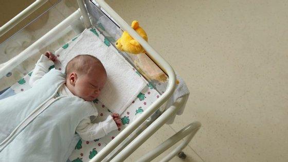 Bebé de 16 semanas é operada por causa de tumor e posta de novo no útero da mãe até ao fim da gestação