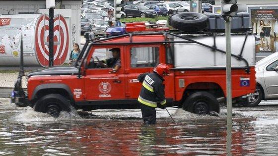 Proteção Civil alerta para a possibilidade de inundações e cheias rápidas devido à chuva e trovoada