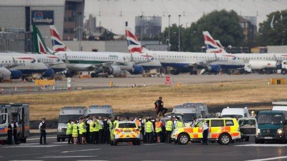 """A administração do aeroporto declarou que o local já se encontra """"seguro""""."""