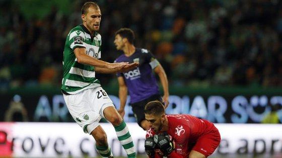 Bas Dost chega tarde à bola e Cláudio Ramos segura a bola sem problema (é sempre assim)