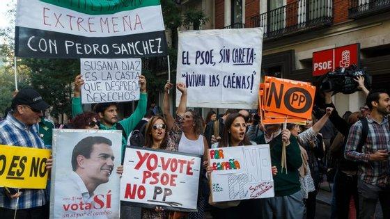 Vários militantes do PSOE estiveram em frente à sede do partido a manifestar-se contra a abstenção a Rajoy