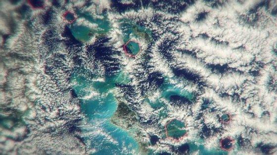 As nuvens hexagonais (assinaladas a vermelho) podem ser responsáveis pelos ventos fortes que se registam na região