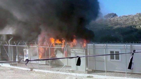 Mais de 15.000 migrantes para 8.000 lugares estão bloqueados em centros de registo nas ilhas gregas