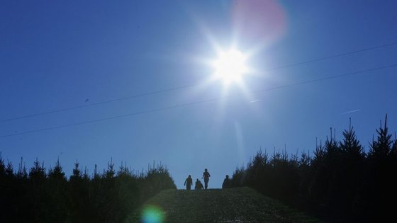 A subida das temperaturas deve-se a uma massa de ar quente mas a partir de sexta-feira vão começar a descer novamente