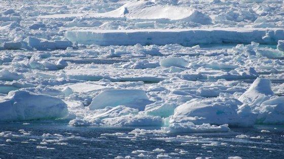 Os glaciares do Oeste da Antártida e da Gronelândia têm capacidade para fazer subir o nível do mar em vários metros, submergindo cidades e deltas de rios onde vivem centenas de milhões de pessoas