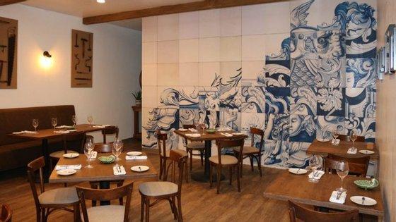 O restaurante fica numa zona da cidade conhecida como Little Portugal e não dispensa os elementos típicos como os azulejos ou as louças Vista Alegre e Bordallo Pinheiro.
