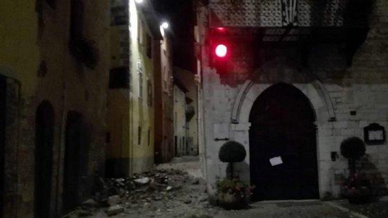A Proteção Civil tenta agora garantir locais seguros para as pessoas que tiveram de ser deslocadas