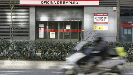 O número de desempregados baixou no terceiro trimestre em 253.900 pessoas