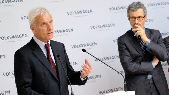 Na primeira reunião, o director executivo do Pacto Global da Organização das Nações Unidas, Georg Kell, à direita de Matthias Müller, foi eleito presidente do Conselho de Sustentabilidade