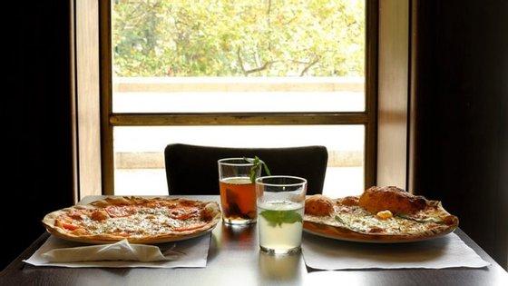Na cafetaria do Cinema São Jorge servem-se pizzas de massa fina e estaladiça entre os 7 e os 9€. Cada uma tem o nome de um clássico do cinema italiano.