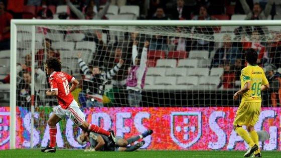 Aimar acaba só de marcar o seu melhor golo pelo Benfica, vs. Paços, à  9.ª jornada, em 2010