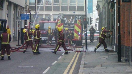 Incêndio abate-se no hotel mais antigo de Inglaterra e assume grandes dimensões.