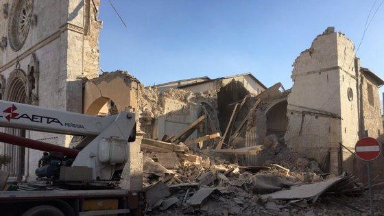 A Basílica beneditina de Norcia foi destruida pelo sismo, como mostra esta fotografia divulgada pelos monges desse convento da Ordem de São Bento
