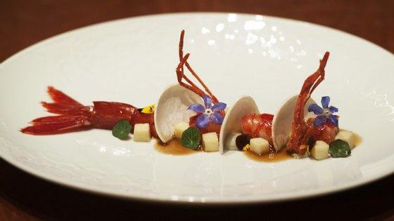 """Este camarão """"carabineiro"""" com cogumelos boletos, folha de capuchinha e flores está hospedado no restaurante Palco, no Hotel Teatro."""