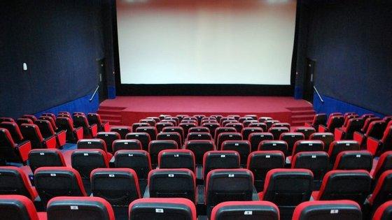 O documentário mostra o percurso das relações da família da realizadora, que além de ser participante ativa no filme, dá voz à narração