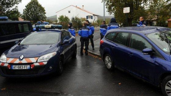 Polícia francesa cercou a casa onde se encontraca o suspeito, esta manhã de sábado