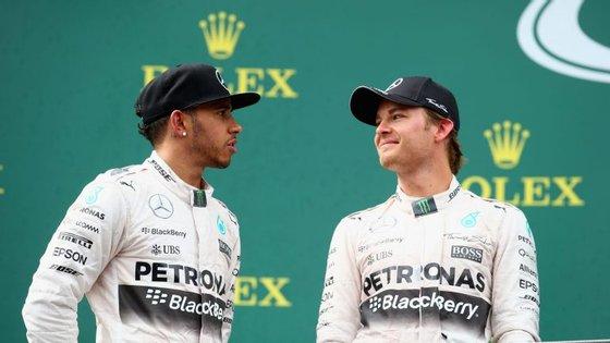 Lewis Hamilton e Nico Rosberg jogam na mesma equipa (Mercedes) e têm a mesma idade (31 anos). E agora desatem o nó