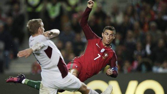 Acrobacia de Ronaldo, com a língua de fora: eis o 3-1 à Letónia