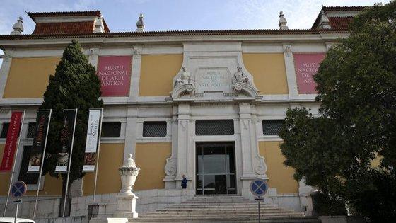 O motivo do adiamento poderá ser a falta de dinheiro para pagar o transporte das obras das coleções portuguesas e estrangeiras