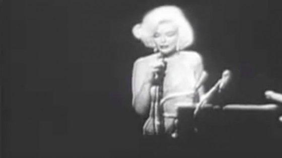 """O vestido que Marilyn Monroe usou para cantar o """"Happy Birthday Mr President"""", em 1962, foi a peça de roupa mais cara alguma vez vendida em leilão"""