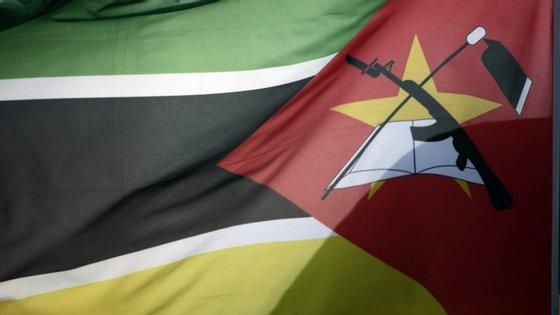 """""""Durante o período de luto nacional, a bandeira nacional será içada a meia-haste em todo o território nacional e nas missões diplomáticas e consulares de Moçambique"""""""