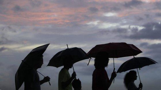 A Proteção Civil alerta para a possibilidade de inundações, formação de lençóis de água, gelo nas estradas e queda de árvores