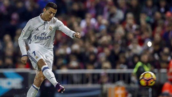 Ronaldo permitiu ao Real ganhar a partida contra o Sporting Gijón. Real fica a sete pontos de vantagem sobre o FC Barcelona