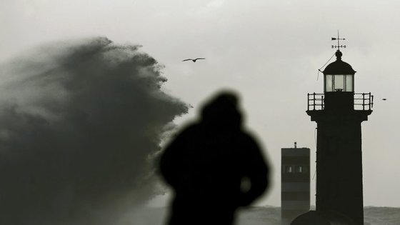 """O 'Aviso Amarelo' corresponde a uma """"situação de risco para determinadas atividades dependentes da situação meteorológica""""."""