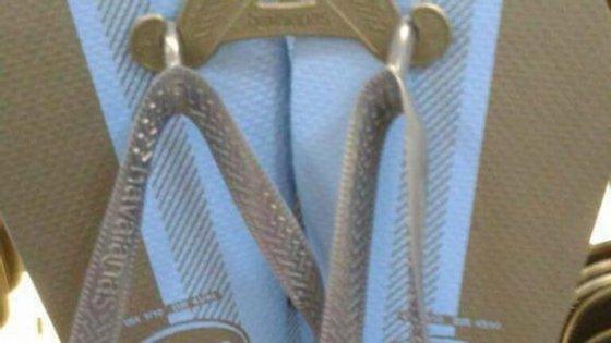 Qual a cor destes chinelos?