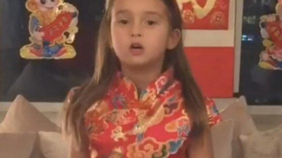 De apenas 5 anos, a neta de Donald Trump faz sucesso na internet ao falar fluentemente mandarim
