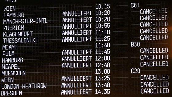 Dos 876 voos afetados, 51 são ligações internacionais, calculando-se que sejam prejudicados cerca de 100.000 passageiros