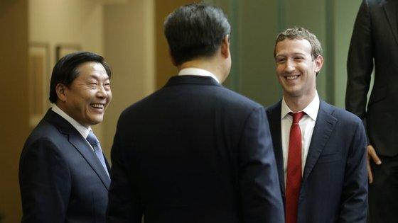 Na imagem, datada de setembro de 2013, vê-se Mark Zuckerberg com o presidente chinês Xi Jinping.