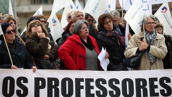 A Fenprof explica que, na concentração, os professores vão empunhar cartazes denunciando as suas situações específicas, que são entregues no Ministério no final do protesto