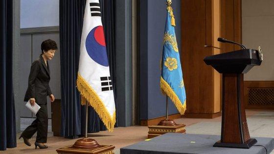 Milhares de pessoas têm-se manifestado a pedir a demissão da presidente sul-coreana