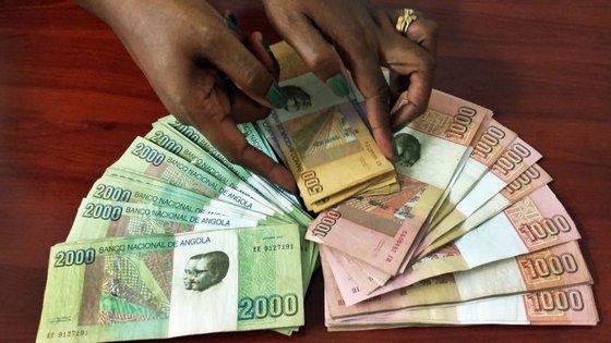 A situação foi constatada pela agência Lusa numa ronda pelas ruas da capital angolana e é justificada pela falta de dólares e de moeda nacional no mercado