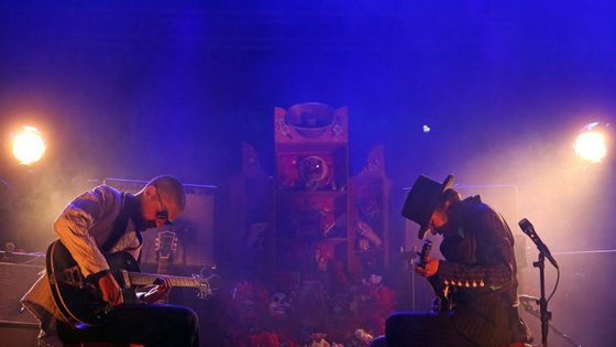 O disco surge depois da banda ter experimentado um formato acústico com um trio de cordas