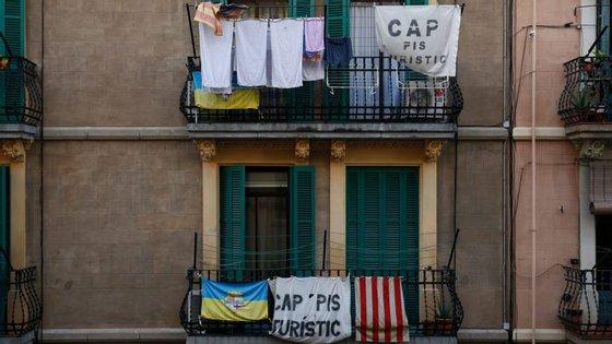 Moradores do centro de Barcelona estão contra o aluguer de apartamentos a turistas.